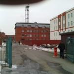Фотография здания ПРЭС от шлагбаума на въезде с улицы